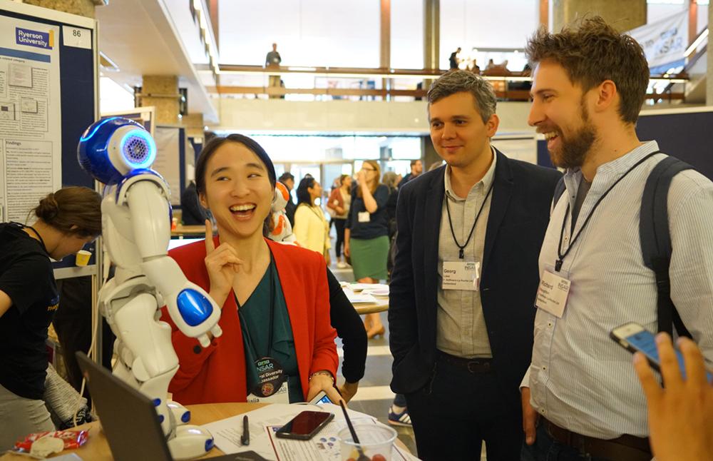Jiajia Chen (till vänster), biträdande professor i forskargruppen Optiska nätverk vid Chalmers tekniska högskola.