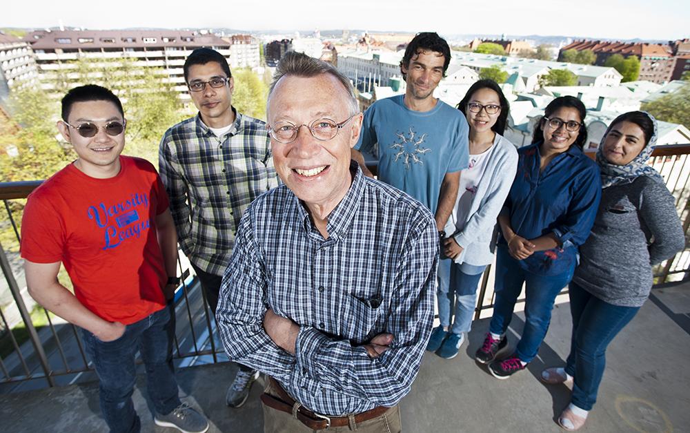 Professor Herbert Zirath på Chalmers, här tillsammans med medlemmar av forskningsgruppen (Simon, Ahmed, Vessen, Sining, Sona, Neda). Foto: Patrik Bergenstav
