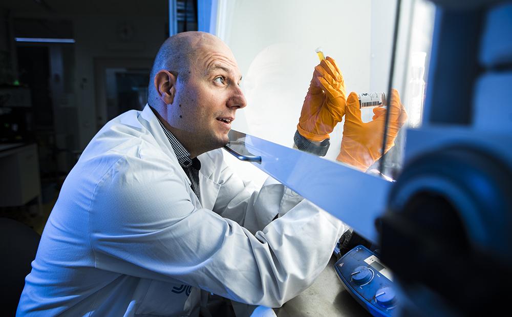 Georgios Sotiriou, forskare på Karolinska Institutet med fokus på nanopartiklars användningsområden inom klinisk medicin. Foto: Johan Marklund