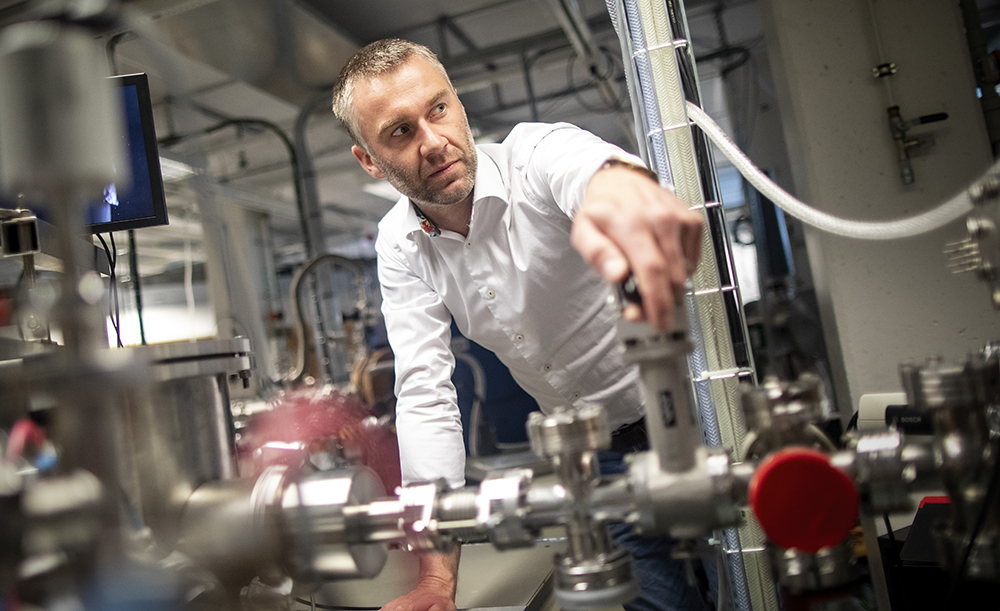 Daniel Primetzhofer, föreståndare för Tandemlaboratoriet på Uppsala universitet, här vid en av de totalt 11 av laboratoriets strålrör. Foto: Mikael Wallerstedt