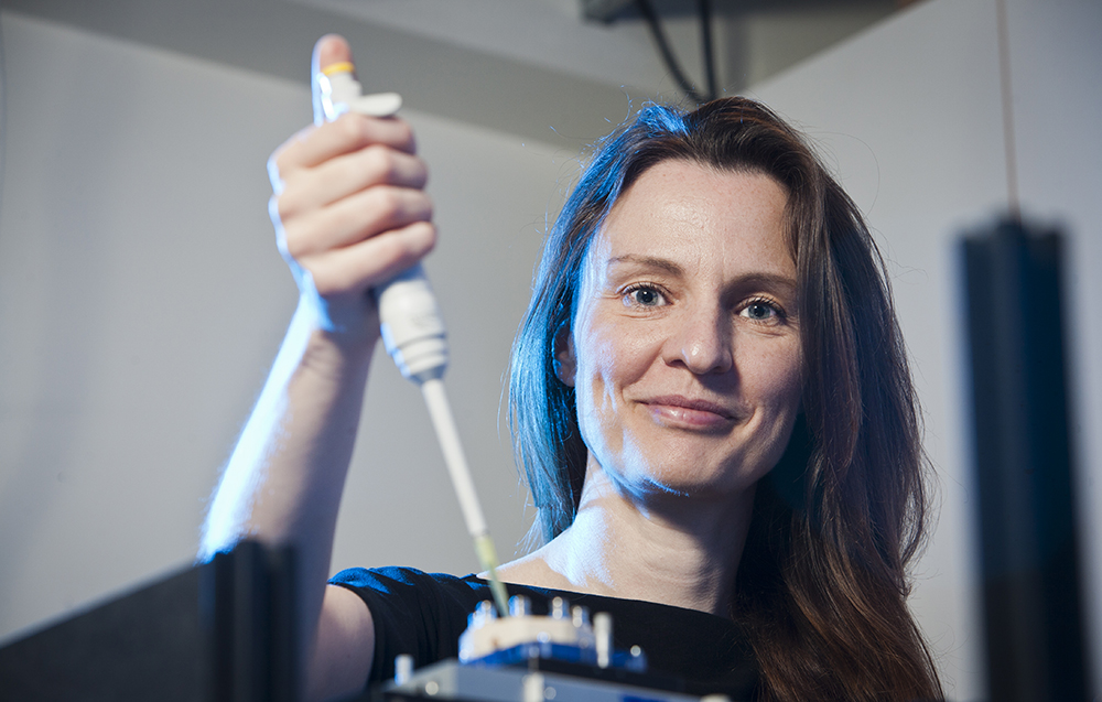Dr. Barbora Špačková ingår i Christoph Langhammers forskargrupp och är expert på den nyutvecklade metoden Nanofluidic Scattering Microscopy. Foto: Patrik Bergenstav