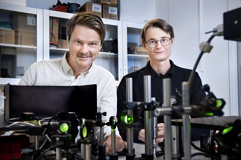Björn Agnarsson, forskningsingenjör och Mattias Sjöberg, doktorand på avdelningen för nano- och biofysik. Foto: Lisa Jabar  / AnnalisaFoto