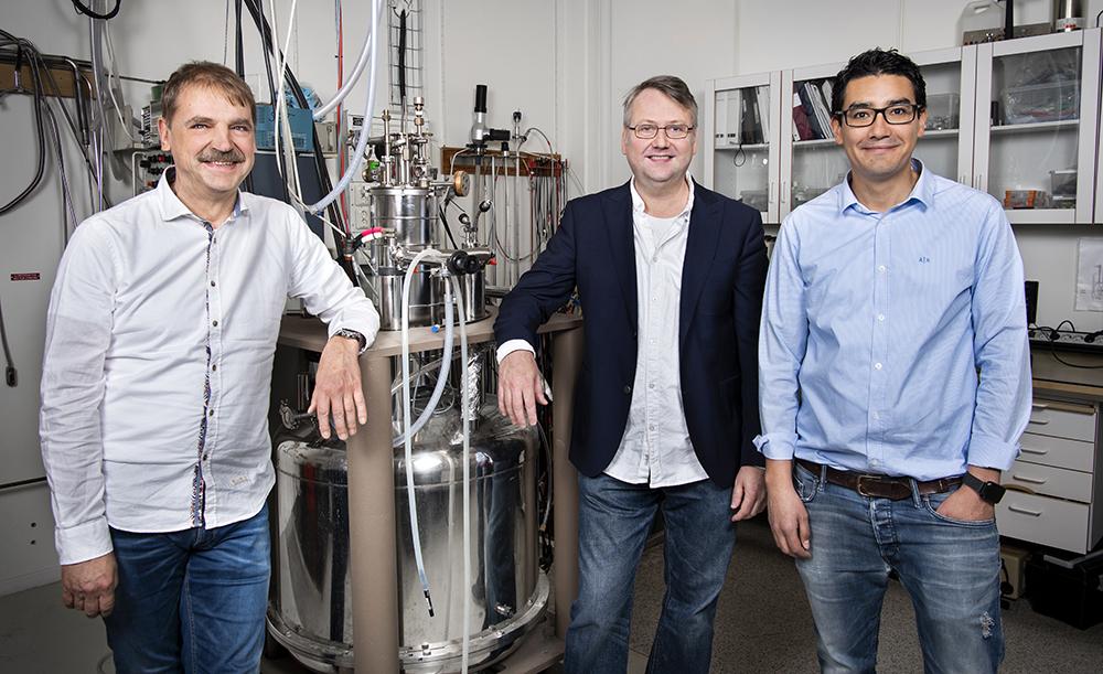 Sergey Kubatkin, professor, Tomas Löfwander, biträdande professor och Samuel Lara Avila, forskare på Institutionen för mikroteknologi  och nanovetenskap på Chalmers. Foto: Lisa Jabar  / AnnalisaFoto