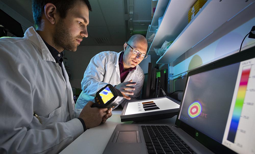 Padryk Merkl, doktorand och Georgios Sotiriou, forskningsledare på Institutionen för mikrobiologi, tumör- och cellbiologi på Karolinska Institutet. Foto: Johan Marklund