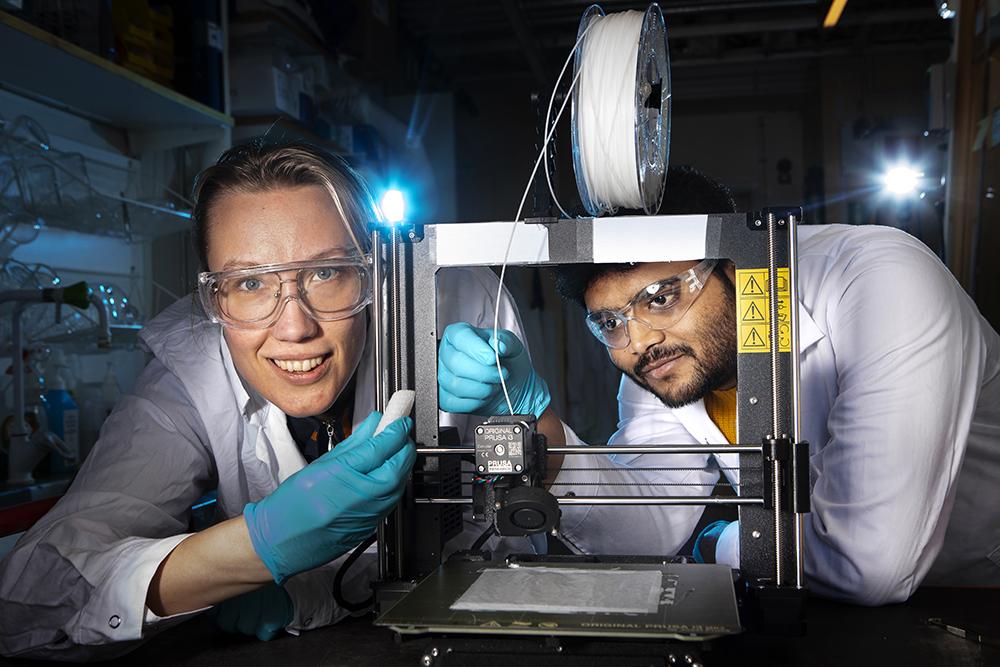 Astrid Ahlinder och Shubham Jain, två av doktoranderna i projektet PrintKnit. Foto: Johan Marklund