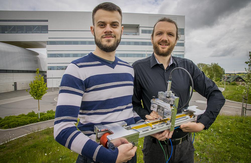 Med deras nya forskningsplattform kan olika materials formationsprocesser studeras på atomnivå. Justus Just, till höger, och Matteo Ciambezi ser fram emot den första körningen i skarpt läge. På bilden saknas Eva Unger. Foto: Jan Nordén